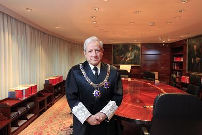 El presidente del Tribunal Constitucional, Pascual Sala, en el Salón de Plenos.- BERNARDO PÉREZ