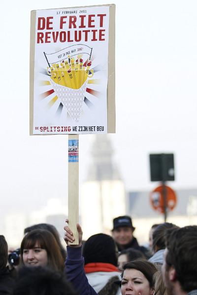 Revolución de las patatas fritas (Fuente: http://www.elpais.com/recorte/20110218elpepiint_8/XXLCO/Ies/Protesta_Revolucion_Patatas_Fritas.jpg)