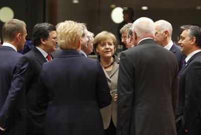 El Pacto del Euro sale adelante con recortes sociales y salariales. Merkel_otros_dirigentes_europeos_Bruselas