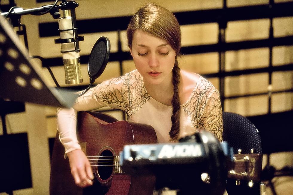 RUSSIAN RED (Lourdes Hernández) - Página 3 Lourdes_tocando_estudio_grabacion_Glasgow