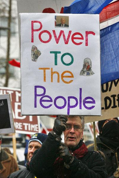 Ciudadanos islandeses se manifiestan  por la crisis