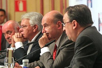 De derecha a izquierda, Lluís Bassets, Miquel Roca y Felipe González, ayer en Madrid.- ULY MARTÍN