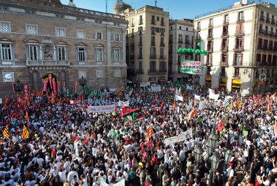 Los manifestantes se concentran en la plaza de Sant Jaume