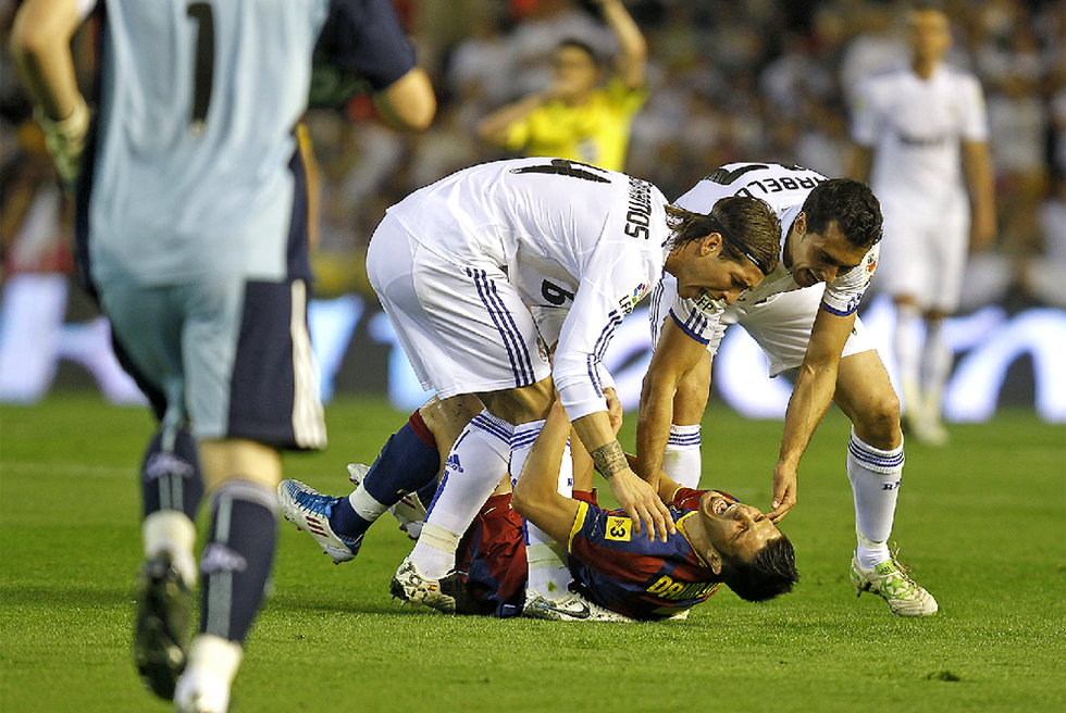 Sergio_Ramos_Arbeloa_levantan_Villa_cesped.jpg