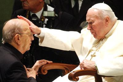 El papa Juan Pablo II bendice a Marcial Maciel