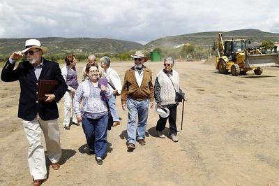 Miembros de la cooperativa al recorrer ayer el solar en el que el próximo sábado colocarán la primera piedra de su residencia común.- SAMUEL SÁNCHEZ