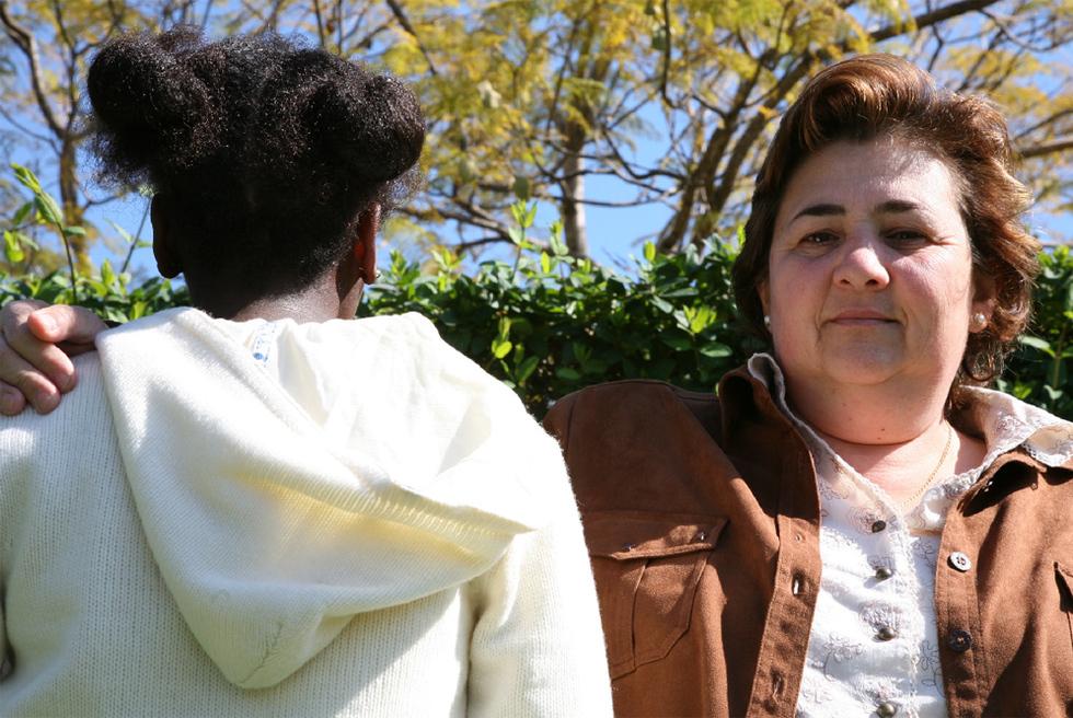 Saltana junto a Rosa María Sánchez, su madre de acogida, con la que vive desde hace nueve años, en una fotografía de 2007.- SUSANA SÁNCHEZ
