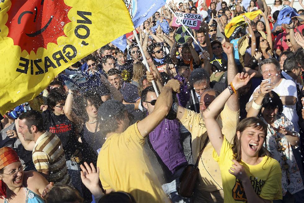 Los italianos enseñan la salida a Berlusconi