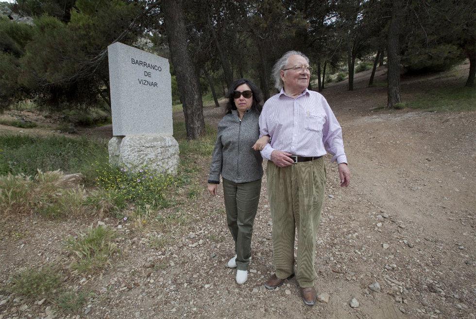 Claude Couffon y su esposa visitan el barranco de Víznar (Granada), donde podrían estar los restos de Federico García Lorca.- M. ZARZA