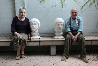 Antonio López, con su esposa, la también artista María Moreno, en el jardín de su casa de Madrid. Las dos esculturas formarán parte de la exposición del Thyssen.- ULY MARTÍN