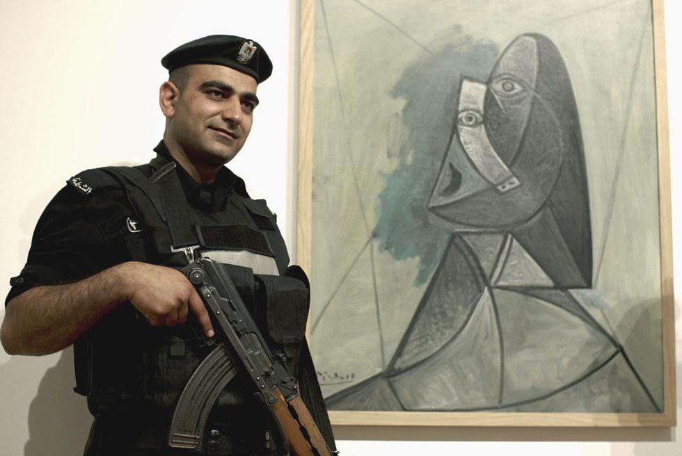 Un policía custodiaba el jueves Busto de mujer, en la Academia de Arte de Palestina.- ATEF SAFADI (EFE)