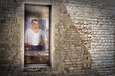 Cartel de la exposición Devorar París, en el museo Picasso, reflejado en una ventana del edificio.- CARLES RIBAS
