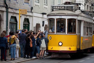 Un tranvía en una calle de Lisboa