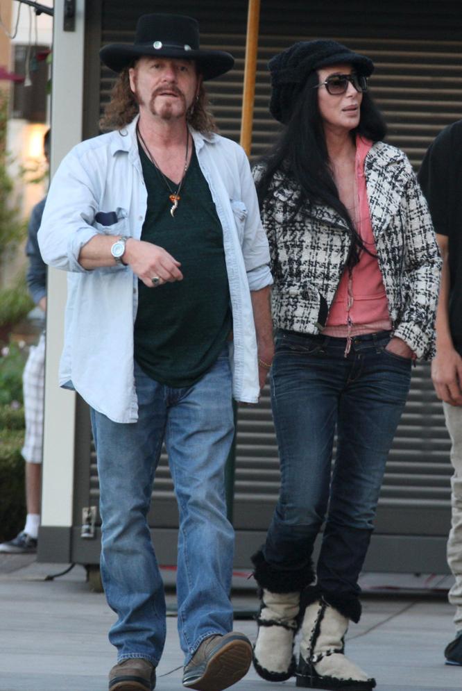 Cher junto a su actual pareja, Ron Zimmerman