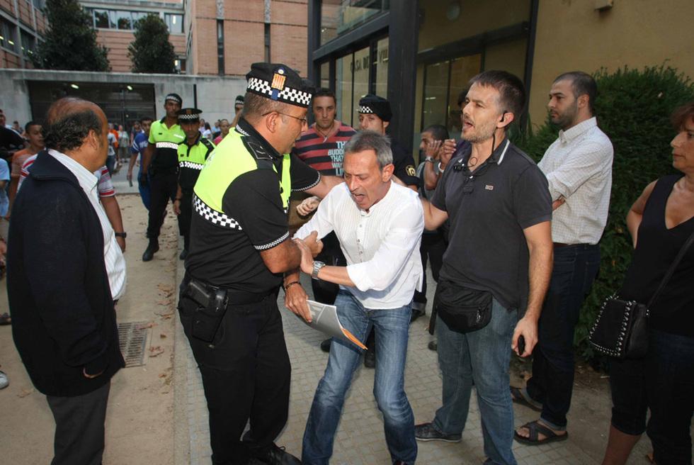 Un policía local forcejea con el líder de PxC, Josep Anglada