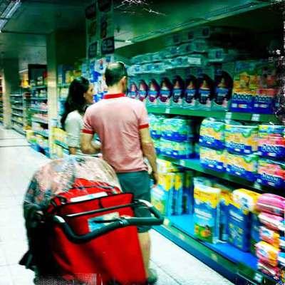 Pareja comprando en un supermercado