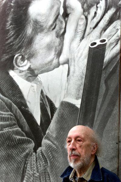 Richard Hamilton ante una de sus obras, en una exposición celebrada en Barcelona en 2003.- TEJEDERAS