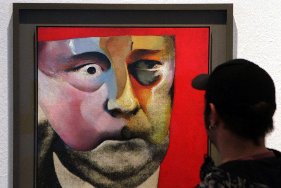Un hombre observa el Retrato de Hugh Gaitskell, de Hamilton.- M. SÁENZ