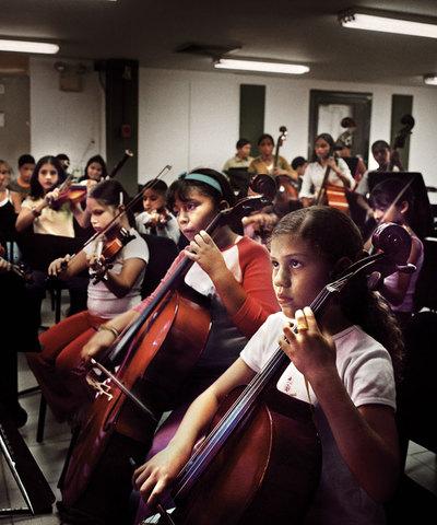 Un grupo de niños desfavorecidos aprende música en Caracas dentro del sistema de orquestas juveniles de Venezuela.- ALFREDO CÁLIZ