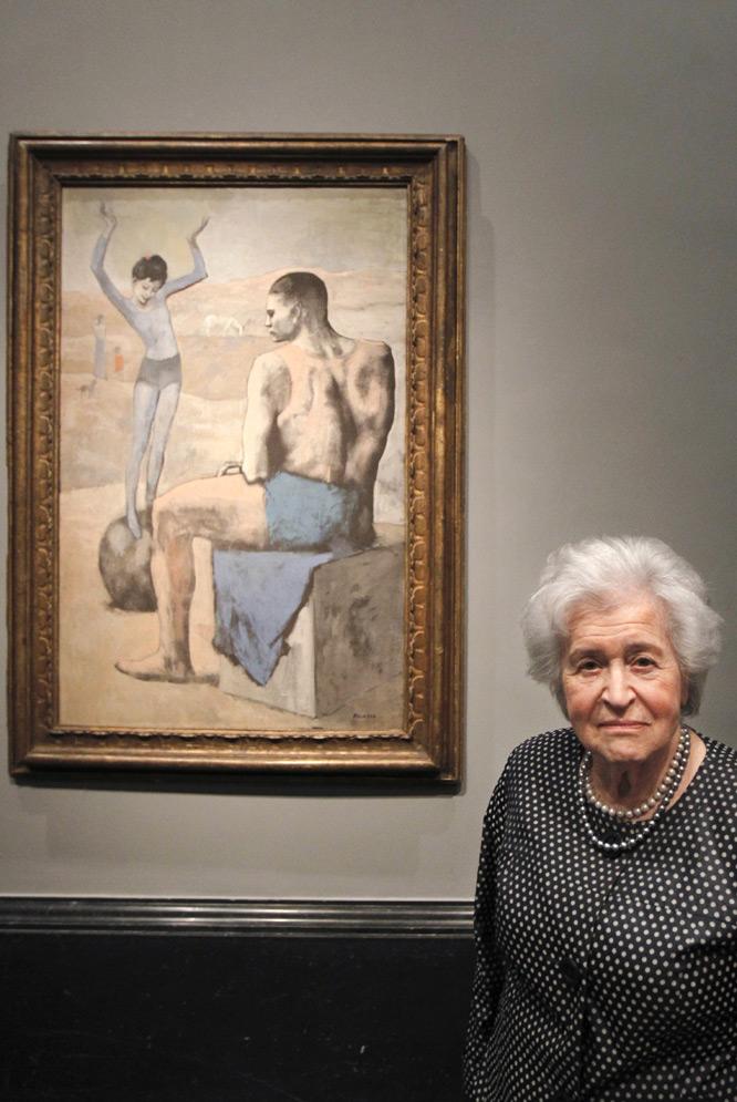 Irina Antónova, ayer en el Prado junto a La acróbata de la bola.- GORKA LEJARCEGI