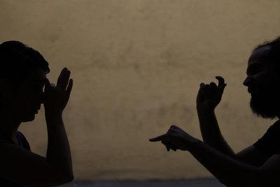 Dos sordos ulitizando el lenguaje de signos