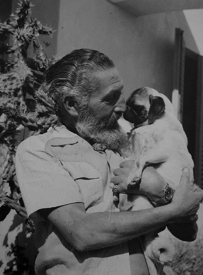 Desmond Bristow, quien condujo a Juan Pujol desde Gibraltar hasta Inglaterra para montar la intoxicación estratégica contra Hitler por orden de Harris. BUCES-RENARD