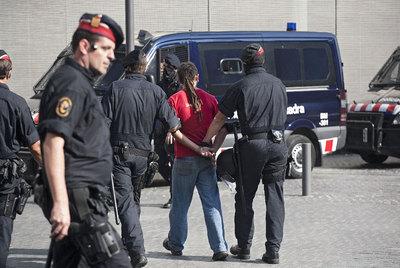 Uno de los indignados que se presentó ayer de forma voluntaria en los juzgados salió del recinto esposado por los Mossos.- ALBERT GARCIA