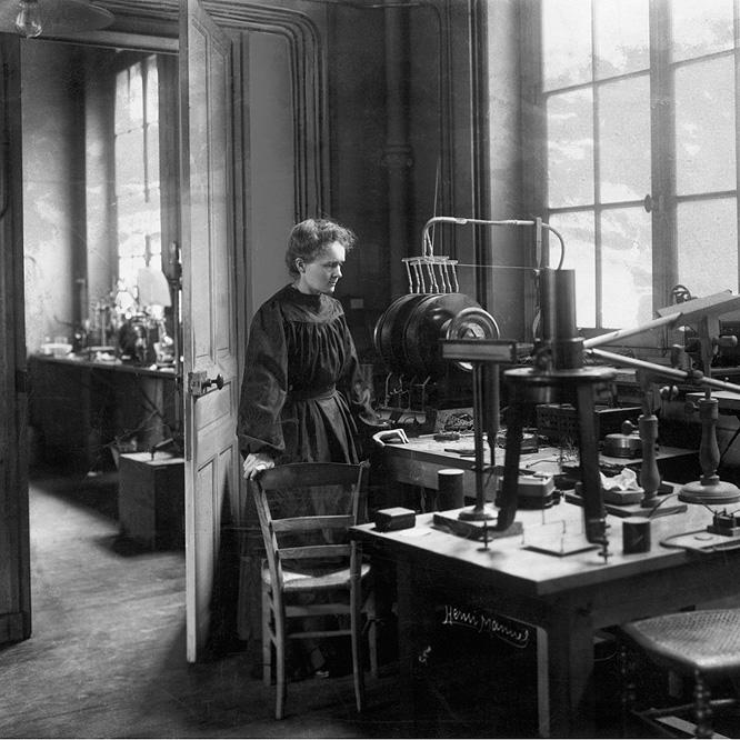 Marie Curie en su laboratorio, en los primeros años del siglo XX