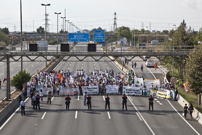 Trabajadores del hospital de Bellvitge cortan la Gran Via en protesta contra los recortes.- PAU RIGOL