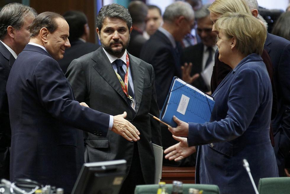 Silvio Berlusconi saluda a Angela Merkel