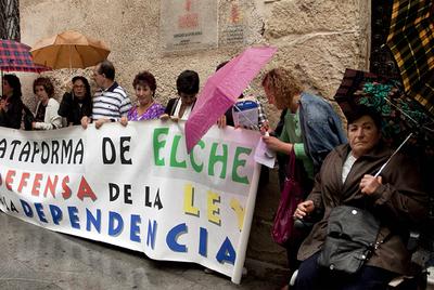Dependientes y familiares protestan por los retrasos en Elche