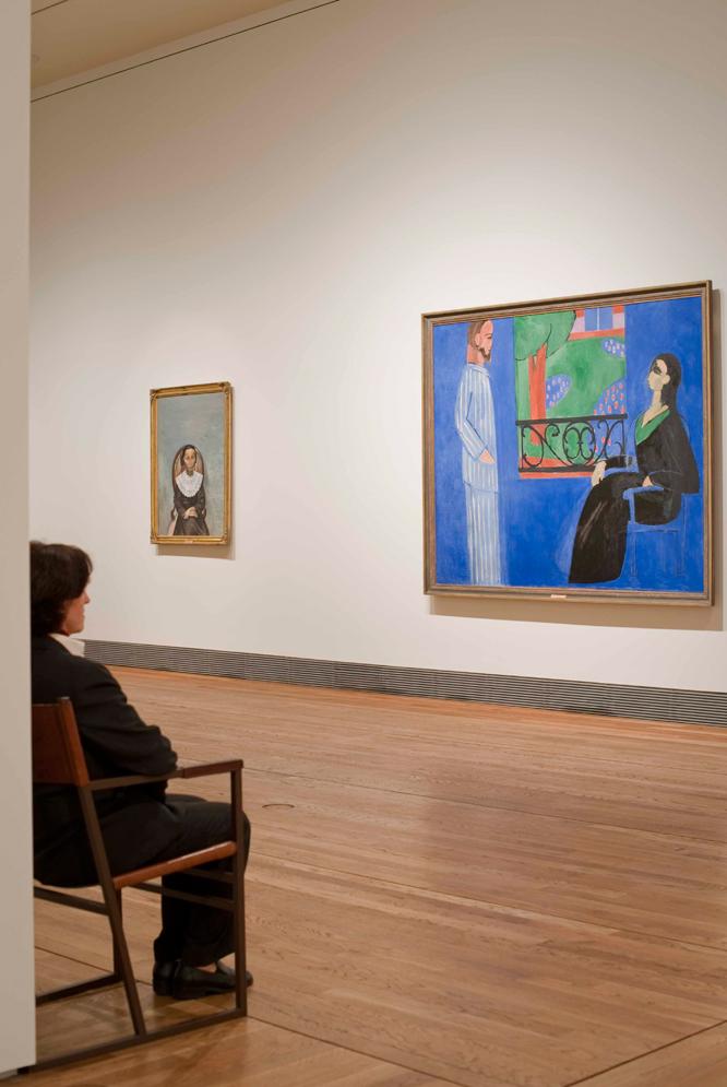 Una de las salas del Museo del Prado, durante la instalación de las obras del Hermitage. A la izquierda, Muchacha vestida de negro (1913), de André Derain. A la derecha, Conversación (1909-1912), de Henri Matisse.- FOTO: SOFÍA MORO