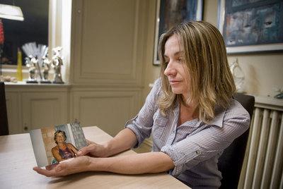 Natalia Fuertes sostiene una fotografía de su madre, fallecida tras recorrer varios hospitales sin que la atendieran.- GIANLUCA BATTISTA