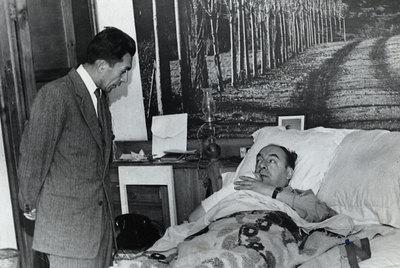 Manuel Araya Osorio (de pie), chófer y secretario personal de Neruda, junto al poeta en una clínica de Santiago, en 1973.- FOTO: CEDIDA POR LA TERCERA.