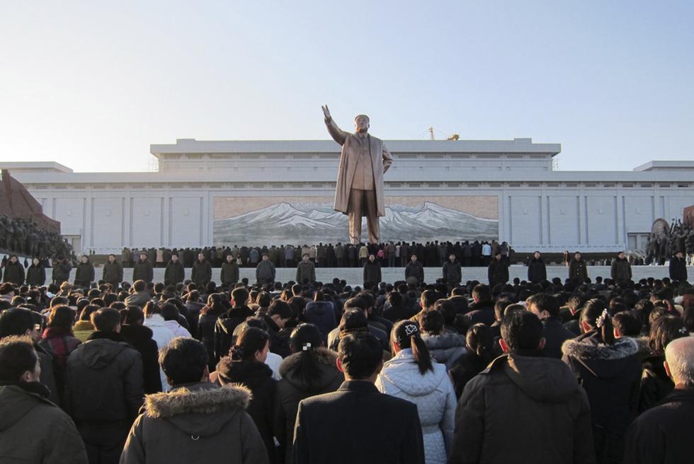 Corea del Sur, la hermana de Corea del Norte. Cientos_norcoreanos_lloran_muerte_Kim_Jong-il