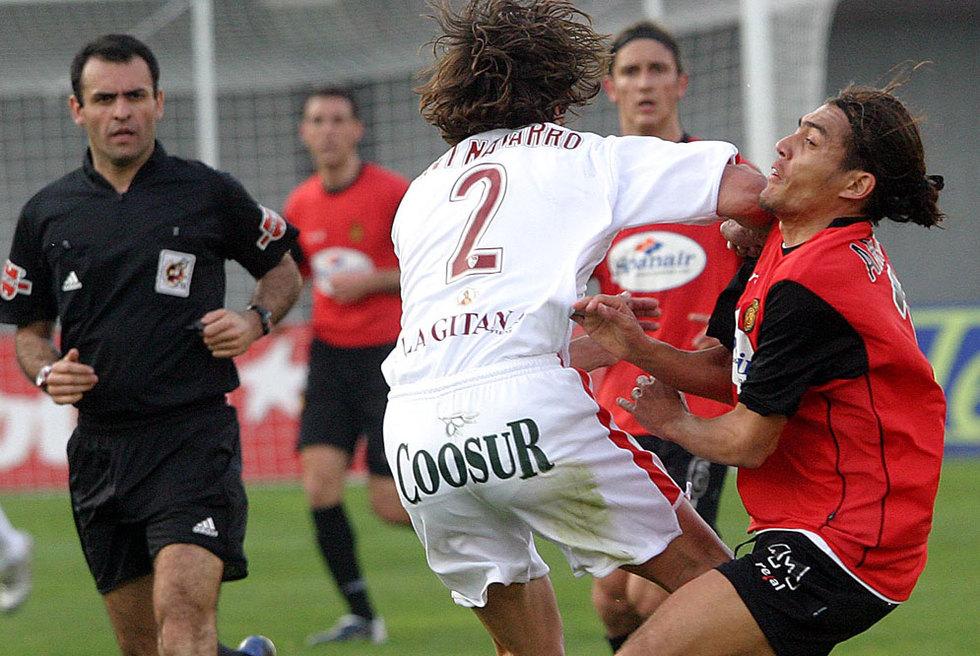 Navarro, del Sevilla, golpea a Arango