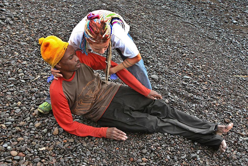 Una voluntaria ayuda a un inmigrante