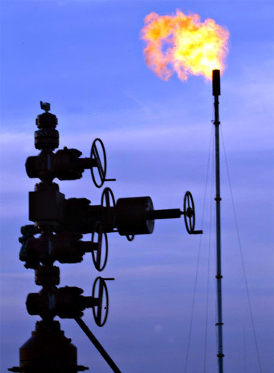 Controlador de flujo en una explotación de petróleo y gas natural