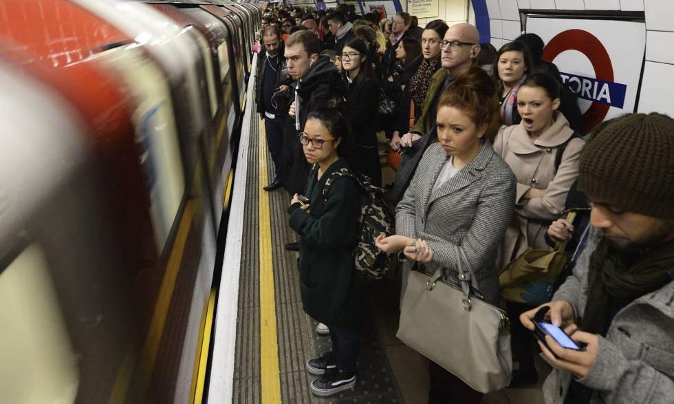 por la huelga de 48 horas que secundan los trabajadores del Metro de ...