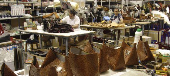 Taller de la fábrica de bolsos La Espuela, en Ubrique