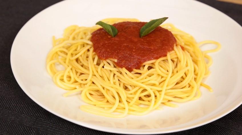 V deo dos formas de hacer salsa de tomate r pida y for Espaguetis para dos