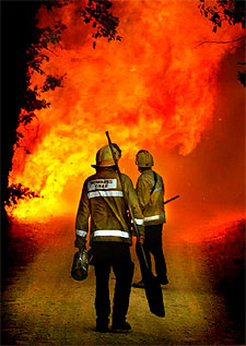 Los bomberos intentan sofocar el incendio de ma anet de la for El tiempo en macanet de la selva