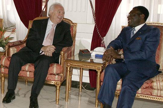 http://www.elpais.com/recorte/20061023elpepunac_4/XLCO/Ies/Moratinos_Guinea.jpg