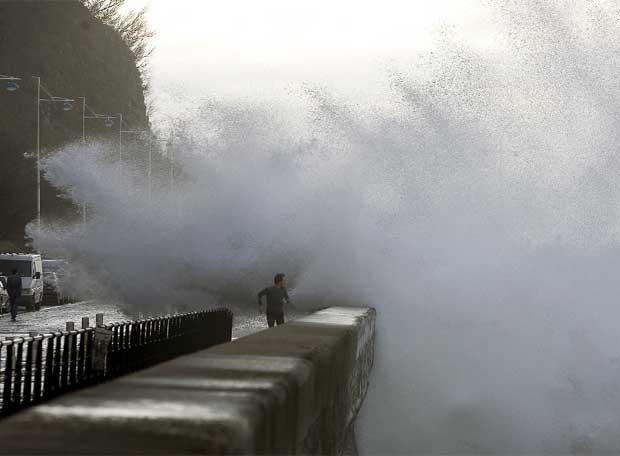 Huyendo de la ola