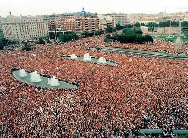 foto de una de las grandes manifestaciones conocasión del asesinato de Miguel Ángel, tomada del Blog de Fátima Pérez Méndez, que la tomó del diario El País