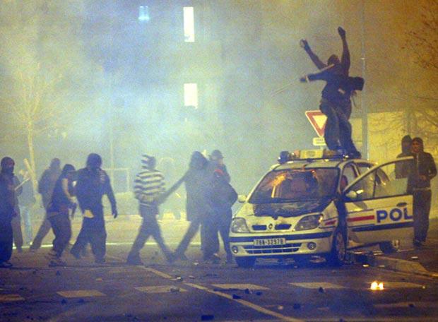Inmigrantes magrebíes en Francia exigiendo a gritos ayuda psicologica
