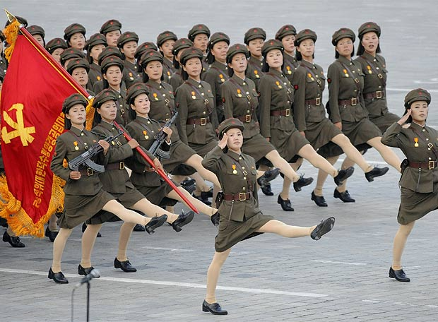 Embajada de Corea del Norte. Desfile_plaza_Kim_Il_Sung