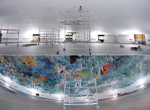 El 10 de septiembre de 2007 comenzaron los trabajos en la cúpula blanca de la sala de la ONU (arriba). Nueve meses después, el 10 de junio de 2008, el pintor estampó su firma en el centro de su obra y la dio por terminada. El cambio se aprecia en este montaje.- AGUSTÍ TORRES