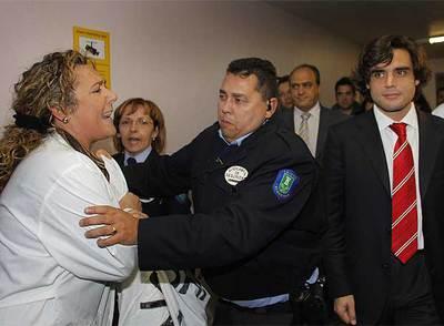 Un vigilante de seguridad agarra a una trabajadora que protesta por la situación del hospital de Getafe durante la visita de Juan José Güemes.- MANUEL ESCALERA