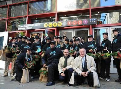 Miguel Ángel Villanueva posa el día 30 de octubre con los informadores turísticos encargados de a dar a conocer a los neoyorquinos la oferta cultural madrileña de cara a Navidad.- AYUNTAMIENTO DE MADRID